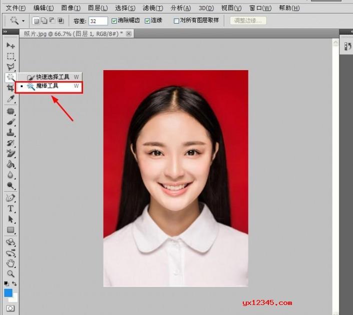"""打开ps,选择一张需要换底色的证件照片,点击左栏「魔棒工具」,在照片的红色底色那里点击一下,会出现""""虚线选区""""。"""