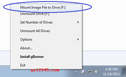 """右键点击gBurner虚拟光驱的托盘图标,从弹出菜单中选择""""安装要驱动的映像文件""""。"""